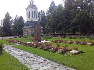 Sääksmäen kirkko sankarihaudat joiden takana näkyy kellotapuli